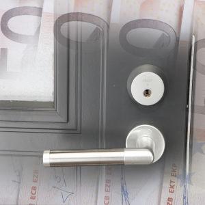 Dörrhandtag, dörr och perngar.