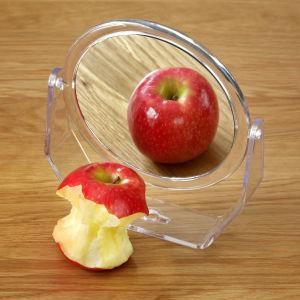 Ett äpple som speglar sig.