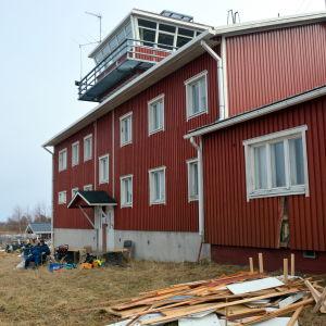 Utanför den gamla sjöbevakningsstationen.