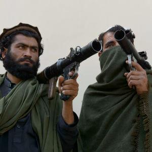 En del talibaner har lagt ner sina vapen och gjort fred med regeringen. Det här är två av 53 talibaner och medlemmar av IS som lade ner sina vapen i Jalalabad i östra Afghanistan