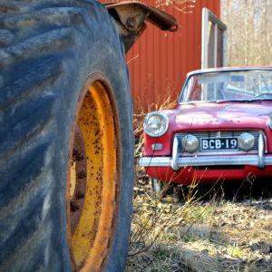 Gammal bil och gräsmaskinsdäck
