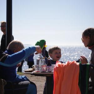 Familj på café.
