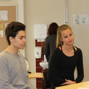 Emil Baqous och Cassandra Heininen diskuterar sommarjobb