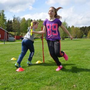 S:t Karins svenska skola tränade på växlingar inför Stafettkarnevalen. På bilden Lucas Engblom och Ia Lindroos.
