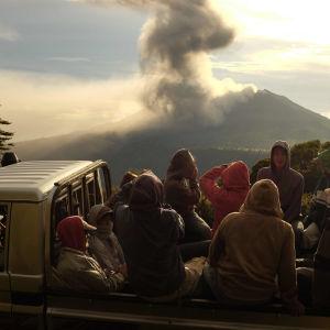 Människor tittar på när stora mängder rök stiger upp från vulkanen Turrialba i Costa Rica.
