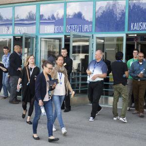 Microsofts anställda utanför Metro-Areena i Esbo efter besked om uppsägning.