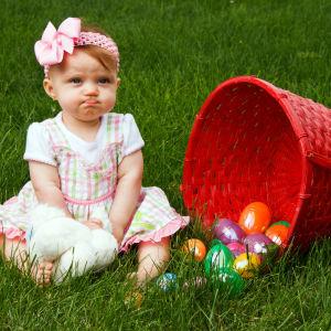 Flicka sitter på gräsmatta