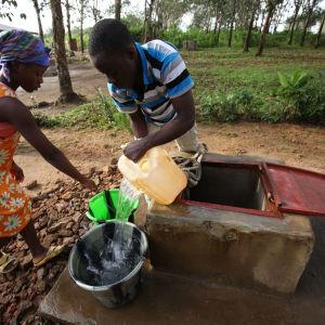 Kvinnor vid brunn nära Monrovia.