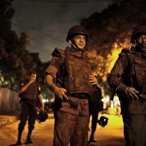 Polis under gisslandrama i Bangladesh juli 2016.