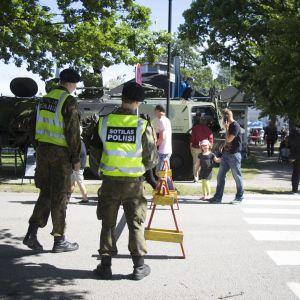 Militärpolis på marinens årsdag i Stallörsparken i Ekenäs.
