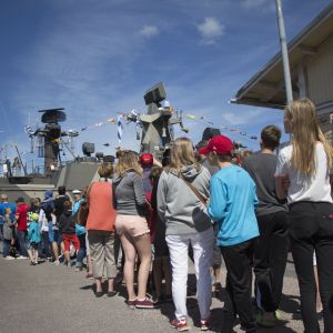 Människor köar för att få åka marinens fartyg i Norra hamnen i Ekenäs.