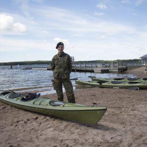 Det är inte många som känt sig ivriga inför att paddla kanot under marinens årsdag i Ekenäs 8.7.2016. Jägare Båge väntar på besökare.