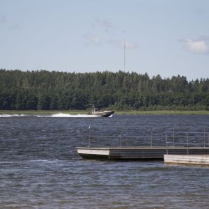 Marinens båt i Stadsfjärden i Ekenäs.