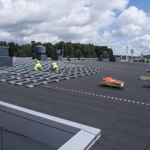 Installering av solpaneler på Lidl Västra centrum i Åbo.