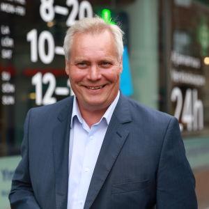 Antti Rinne kävelee