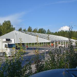 Tältet för Borgå popfest riggas upp