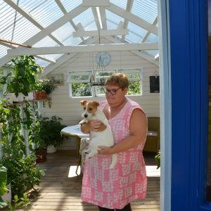Susanne Gustafsson visar upp sitt lilla växthus i Kimito.