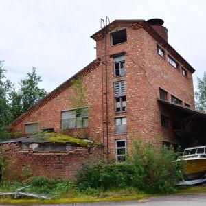 Byggnaden på bilden har varit en del av den gamla trämassafabriken på Kronvik sågområde