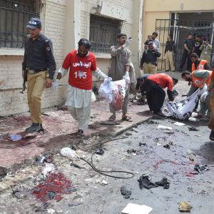 Räddningsarbete efter bombdåd i Quetta 8.8.2016.