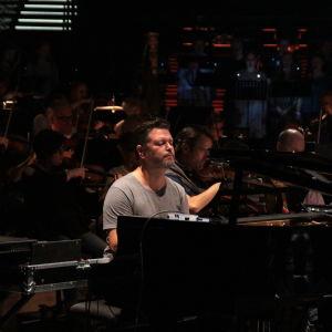 Petri Alanko, aka Lowland soittaa pianoa.