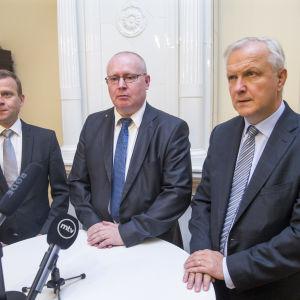 Ministrarna Petteri Orpo, Jari Lindström och Olli Rehn i Helsingfors den 25 augusti 2016.