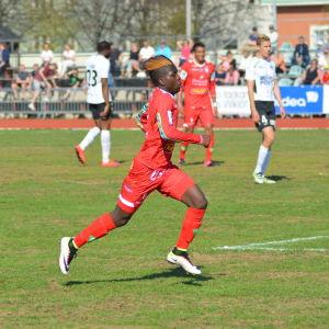Serge Atakayi lämnar FF Jaro.