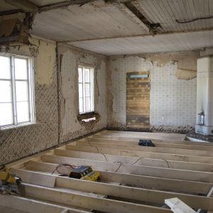 vanhan talon huone remontissa
