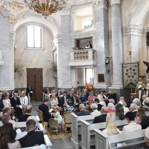 Sveriges elit samlas i slottskyrkan i Drottningholm då prins Alexander ska döpas och få sitt namn.
