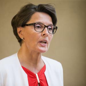 Kommunikationsminister Anne Berner kommenterar Finaviaaffären i Helsingfors i juli 2016.