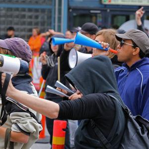 Suomi ensin mielenosoitus Helsingin Itäkeskuksessa, vastamielenosoitus
