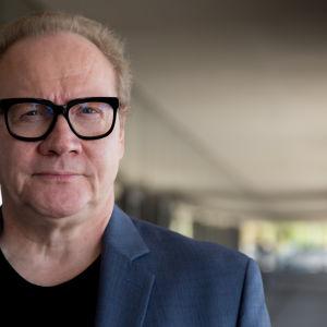 Kirjailija Jari Tervo kuvattuna Finlandia-talon takana 14.09.2016.