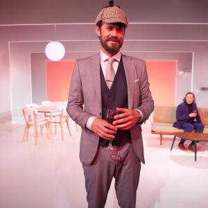 Tommi Korpela som läkaren prövar på att vara Sherlock Holmes. Men Holmes löser inte gåtan om vad tillvaron är.