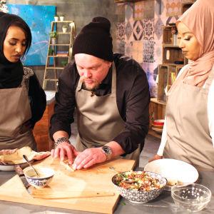 Ville valmistaa somalialaista lihapiirakkaa Ujunin ja Yasminen ohjeiden mukaan.