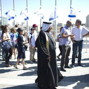 Människor köar utanför det israeliska knesset för att hedra Peres.