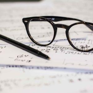 glasögon på noter