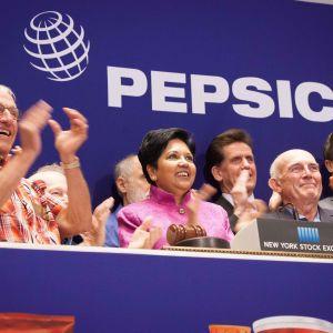 Pepsicos ledning inklusive koncernchefen Indra Nooyi i mitten besökte New York-börsen i juni 2015.