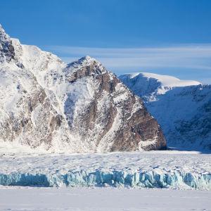 Jäätikkö ja vuoret Norjan Huippuvuorilla.