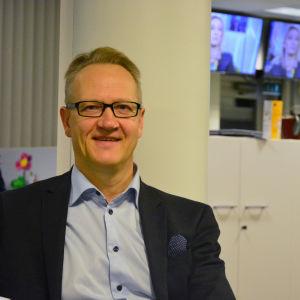 Juha Häkkinen på Österbotten handelskammare poserar i Yle Österbottens nyhetslandskap.