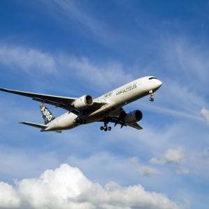 Airbus A350 lähetymässä lentokenttää.