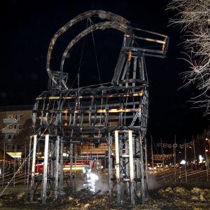 Gävlebocken brann upp endast några timmar efter den högtidliga invigningen. Halmbocken fyllde 50 år på söndagen.