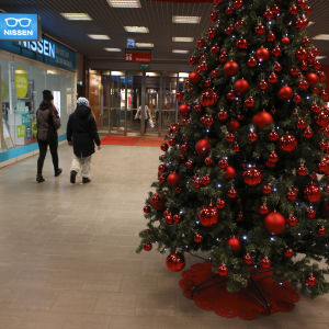 En julgran i ett öde köpcenter.