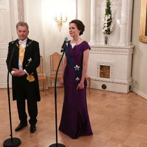 Sauli Niinistö och Janni Haukio fina för slottsbalen.