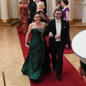 Kvinna och man går på röda mattan