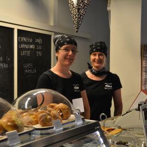 Clara Holmberg-Nordell och Carina Holmberg bakom disken i café Four C.