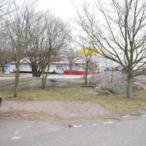 Nya dusch- och toalettmöjligheter byggs för båtfolket i Östra hamnen i Hangö på en plats med stenar, gräs och träd utanför puben Roxx.