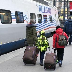 Ryska turister anländer till Helsingfors järnvägsstation från S:t Petersburg