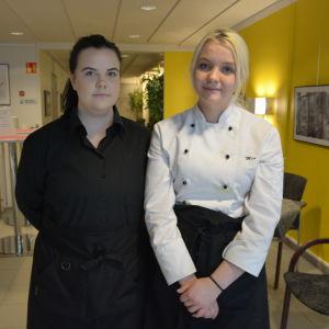 Susann Lipponen och Mia Forssell, servitörsstuderande vid Vamia.