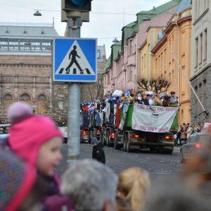 Lastbilar kör under penkis 2017 i Åbo.
