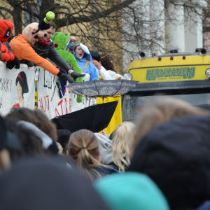 Publiken fångar karameller med paraplyer under penkis 2017 i Åbo.
