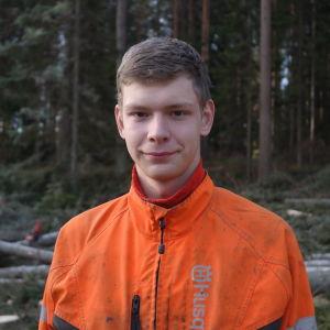 Skogsbrukseleven Kim Rosenberg i skogen